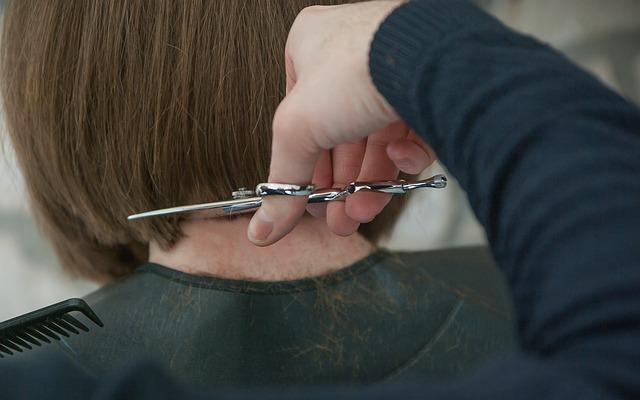 cięcie włosów u fryzjera